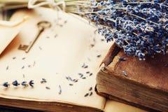与葡萄酒书、钥匙和淡紫色的减速火箭的静物画开花,怀乡构成 免版税库存图片