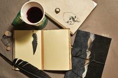 与葡萄酒书和葡萄酒杯的静物画 图库摄影
