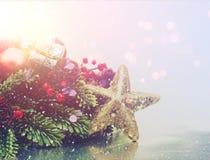 与葡萄酒作用的圣诞节背景 库存图片