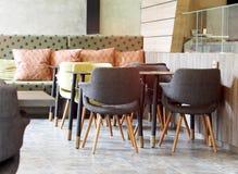 与葡萄酒减速火箭的样式椅子的干净和清楚的自助食堂军用餐具餐厅餐馆设计 库存照片