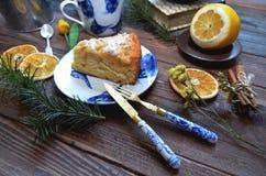 与葡萄酒刀子和叉子的苹果饼绘了蓝色花 免版税图库摄影