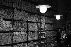 与葡萄酒墙纸的架子在小跳蚤市场上 库存照片