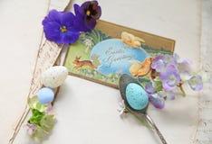 与葡萄酒复活节卡片的色的鸡蛋 免版税库存图片