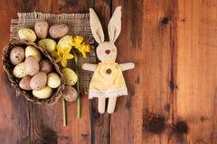 与葡萄酒复活节兔子装饰的复活节背景在老木头 库存照片
