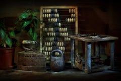 与葡萄酒对象的静物画 铁,比分,重量, primus 免版税库存图片