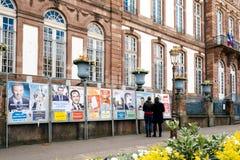 与葡萄酒市政厅和所有竞选pos的法国选举日 免版税库存图片