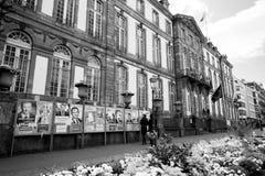 与葡萄酒市政厅和所有竞选pos的法国选举日 库存照片