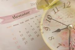与葡萄酒时钟和日历页的拼贴画在2017年11月 库存图片