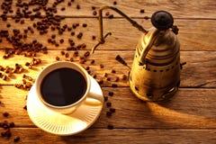 与葡萄酒机器的咖啡在年迈的木头 库存照片