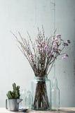 与葡萄酒材料的美丽的干燥花 免版税库存图片
