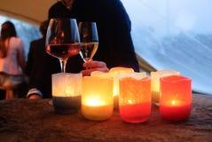 与葡萄酒杯的蜡烛 免版税库存照片