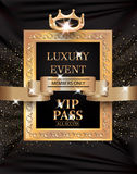 与葡萄酒框架、金丝带和织品背景的豪华事件VIP通行证 免版税库存图片