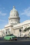 与葡萄酒汽车的哈瓦那古巴Capitolio大厦 免版税库存图片