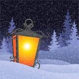 与葡萄酒灯笼的冬天风景在snowbanks 图库摄影