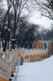 与葡萄酒灯笼的黄色长的楼梯在冬天 他们用Volodimirsky下降uzvoz连接马格德堡法律的专栏 免版税库存图片