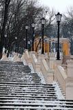 与葡萄酒灯笼的黄色长的楼梯在冬天 他们用Volodimirsky下降uzvoz连接马格德堡法律的专栏 库存照片