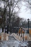与葡萄酒灯笼的黄色长的楼梯在冬天 Kyiv,乌克兰 图库摄影