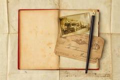 与葡萄酒照片,明信片的背景,和倒空开放书 免版税库存照片