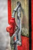 与葡萄酒燃油泵和国家边属性的老加油站 免版税库存图片