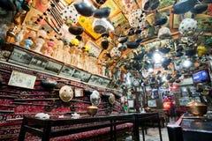 与葡萄酒的奇怪的室内设计在传统波斯餐馆反对 图库摄影