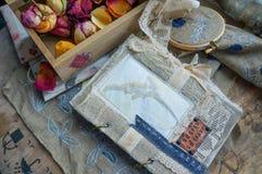 与葡萄酒笔记本、干燥花和绣的静物画 免版税库存照片