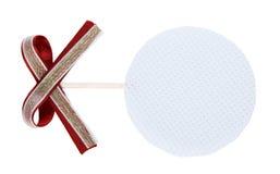 与葡萄酒红丝带弓的白色垂悬的圈子被编织的礼物标记 库存图片