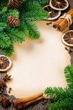 与葡萄酒纸张和圣诞树的框架 库存图片