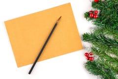 与葡萄酒纸的框架和圣诞节装饰关闭  圣诞节信包冷杉节假日霍莉例证信笺纸向量 另外的卡片形式节假日 免版税图库摄影