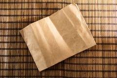 与葡萄酒纸的竹木席子背景纹理在中心 库存照片