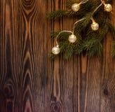 与葡萄酒诗歌选的冷杉分支在木背景 圣诞节大气 库存图片
