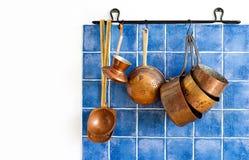 与葡萄酒铜器物的厨房内部 老牌炊具厨具集合 罐,咖啡壶,匙子,漏杓 免版税库存照片