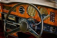 与葡萄酒经典之作汽车的司机的驾驶舱的老明信片 免版税库存照片