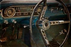 与葡萄酒经典汽车2的司机的驾驶舱的老明信片 免版税库存照片
