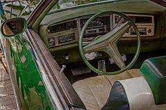 与葡萄酒经典汽车1的司机的驾驶舱的老明信片 免版税库存照片