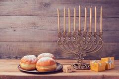 与葡萄酒menorah的犹太假日光明节庆祝在木背景 免版税库存图片