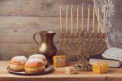 与葡萄酒menorah的犹太假日光明节庆祝 免版税库存图片