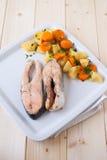 与蒸气煮熟的素食者的鲑鱼排 免版税库存照片