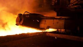 与蒸汽俱乐部的溶解的钢倾吐的过程在冶金植物 E 关闭FOT钢倾吐的机器 影视素材