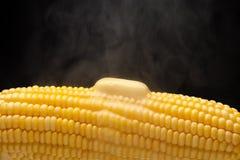 与蒸汽和熔化的黄油特写镜头的热的玉米 免版税图库摄影