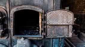 与蒸汽机器的老壁炉煤炭 免版税图库摄影
