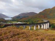 与蒸汽火车的Glenfinnan高架桥 库存照片