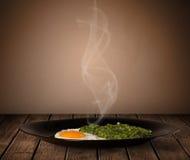 与蒸汽的新鲜的可口家庭熟食 免版税库存照片