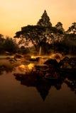 与蒸汽的温泉的火山的自然温泉矿泉水水池 库存图片