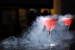 与蒸汽的马蒂尼鸡尾酒玻璃在桌酒吧 库存照片