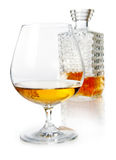 与蒸馏瓶的白兰地酒一口威士忌酒 图库摄影
