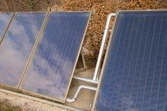 与蓝天反射的太阳电池板与白色云彩 库存图片