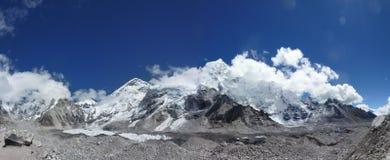与蓝天和云彩的喜马拉雅珠穆琅玛范围,看见从珠穆琅玛营地艰苦跋涉,尼泊尔 免版税库存图片