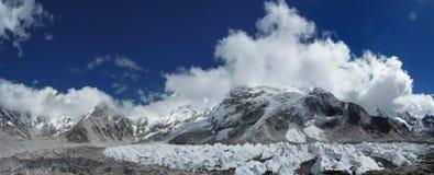 与蓝天和云彩的喜马拉雅珠穆琅玛范围,看见从珠穆琅玛营地艰苦跋涉,尼泊尔 免版税图库摄影