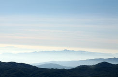 与蓝天和云彩的山 免版税图库摄影