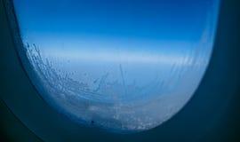 与蓝天和云彩的平面窗口视图 库存照片
